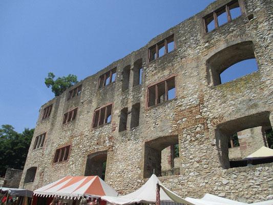 Eine schöne Burgruine für einen Markt