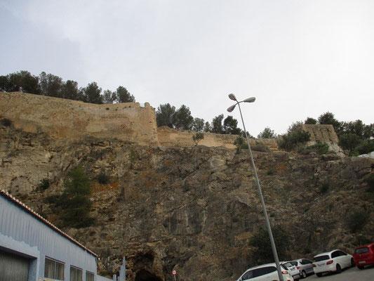 Sie ruht auf einem rund 66 Meter hohen Hügel im Stadtkern: Die Burg von Denia, Castillo de Denia, Wahrzeichen der Stadt. Dieses charakteristischste Kulturdenkmal Denias wurde im 11. und 12. Jahrhundert von den Mauren über einer ehemals römischen Anlage er