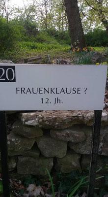 Es gibt ein Schild Nr. 20, dass eben dieses Gebäude auf einer Stelle ausweist auf der es niemals stand. Grund: Die Familie von Racknitz die dieses Kloster privat besitzen, wurden so oft nach diesem Platz gefragt, daß sie einfach diesen Platz wählten .