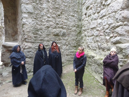 Weiter ging es über den Burghof ,dort erfuhren wir, dass die Burg einen  Brunnen hatte und allerlei Wissenswertes über den Bergfried