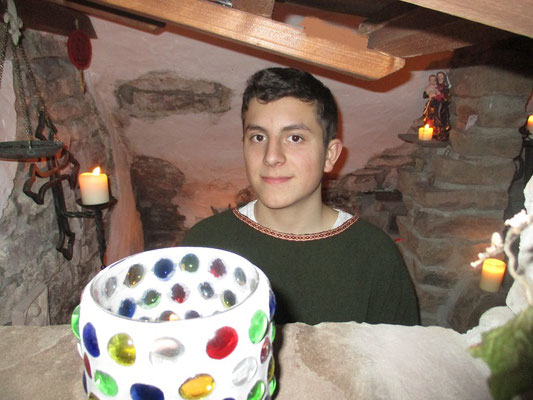 Ein junger Knappe in der Kapelle