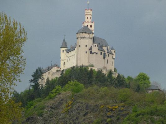 Ganz nah dran, impossant eine der wirklich nie zerstörten Burgen am Rhein. Viele andere Burgen wurden zur wilhelminischen Zeit wieder aufgebaut aber nicht unbedingt nach Original sondern im romantischen Stil.