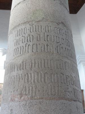 Diese Inschrift in der Säule in der Kapelle erinnert an diese Ereignis.