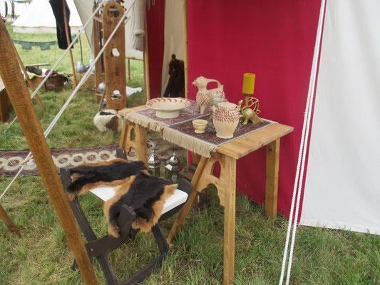 Unser neues Tischchen vor dem Zelt