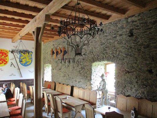 Im Palas der Burg Freienfels ist eine schöne Taverne eingerichtete
