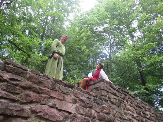 Andi und Thomas auf der Schildmauer.