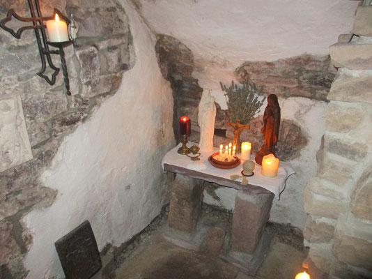 Der Altar ist geschmückt und die Kerzen entzündet