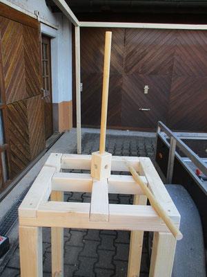 Auf ddas Kamingestell kommt wiederum das Gestell für die Kaminabdeckung, damit es nicht reinregnet.