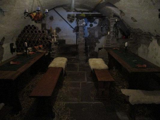 Der Burgkeller ist wieder vorbereitet und dekoriert