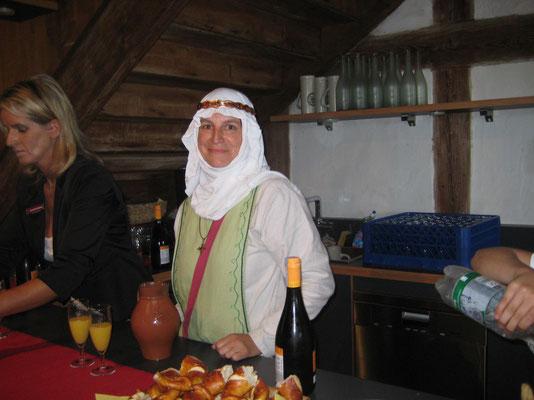 Jutta hatte die Aufgabe Ute zu unterstützen die Festgäste mit Sekt zu bewirten