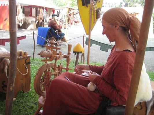 Birgit von Flacht am Spinnrad, sie war ein absoluter Publikumsmagnet an unserem Lager und die gute Fee, die jeden Morgen das Feuer in Gang brachte, als alle anderen noch schlummerten.