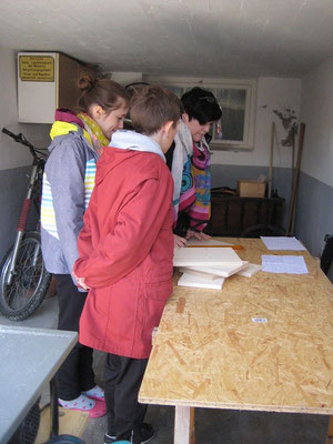 Silke bereitet das Material vor