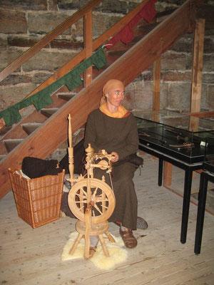 Birgit von Flacht konnte viele Besucher mit ihrem Spinnrad begeistern.