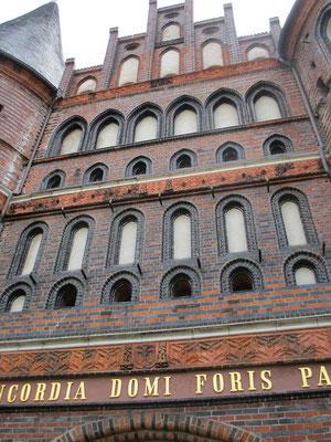 1464-1478 als Westbegrenzung der Stadt entstanden. Heute ist es das einzig erhaltene Tor der Stadt Lübeck