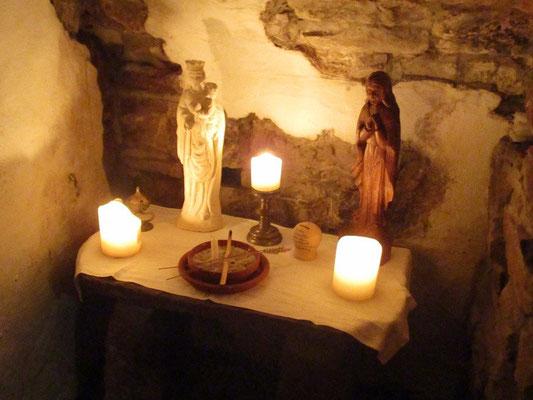 Der Altar wurde neu gestaltet und Kerzen wurden wieder zu Ehren unserer Madonnen entzündet, mit der Bitte um immer trocken auf- und abbauen zu können.