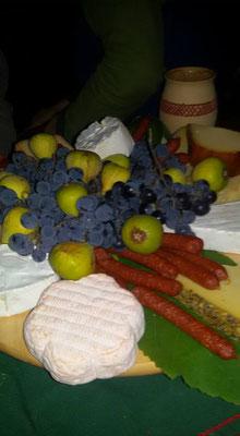 Käse und Wurst. Trauben und Feigen aus eigem Anbau zu später Stund