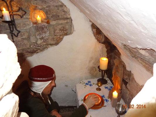 entzündet in der Kapelle die erste Kerze
