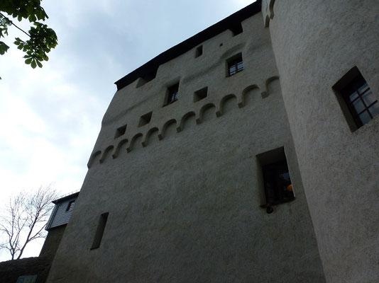 Burgen waren in der Regel verputzt und weiß getüncht, das war uns neu.