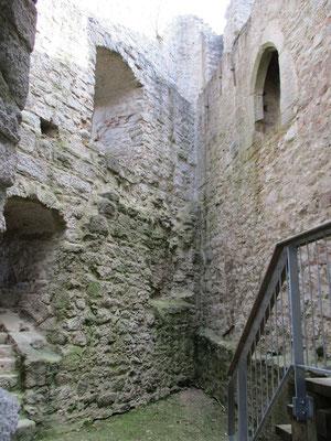 In dieser Kammer oben soll einst die Tochter des Grafen eingemauert worden sein, immer mit Blick auf den Baum an dem der Schafshirte erhängt wurde