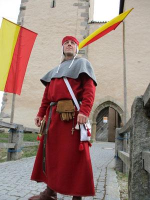 Bernhard von Arenbach vor der Brücke zum Eingang