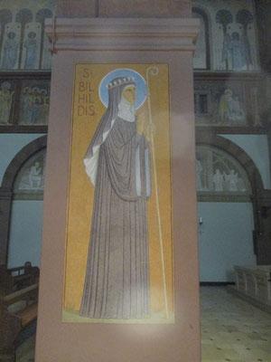 Die Kirche ist wuderschön gemacht künstlerisch ein Traum. Alle Schwestern die mit Hildegardie damals den Disibodenberg veließen um  das Kloster Rupertsberg zu gründen sind so schön verewigt
