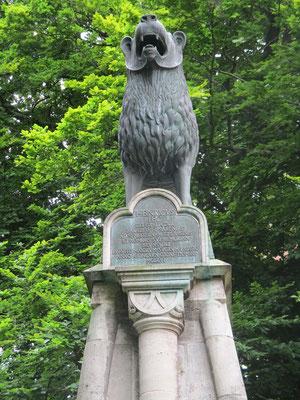 Zu Ehren Heinrich des Löwen. Es ist das erste plastische freistehende Denkmal nördlich der Alpen