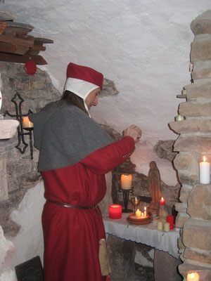 An der Kerze auf dem Altar zu Ehren unserer Schutzmadonna enzünde ich das Licht .