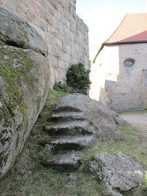 Diese Steintreppe führte einst zur Holztreppe die zum Bergfried hinauf führte.