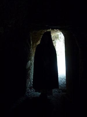 sagt die Gestalt aus dem Dunkel des Tunnels