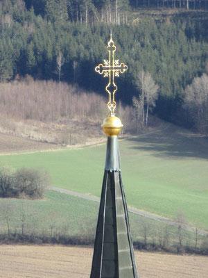 Dieses schöne Kreuz ist auf der Kirchturmspitze angebracht.