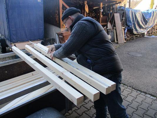 Noch mal genau messen,in diese Balken müssen viele Löcher am richtigen Platz sitzen