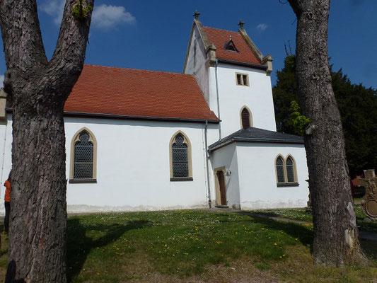 Der Turm der Kapelle stammt aus dem 12Jhr. Das Schiff wurde erst später angebaut.
