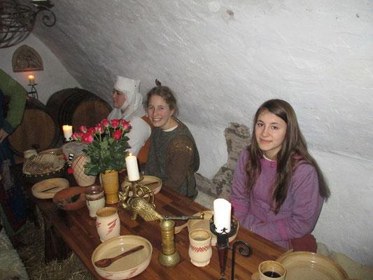 Die jungen Damen warten auf das Mahl