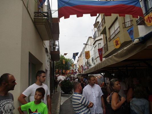 Die engen Gasen der Altstadt sind sehr schön geschmückt und es scheint ganz Teulada ist auf den Füßen.