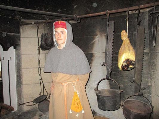 An einem Kamin/ Kochstelle an dem größere Fleischstücke gebraten werden konnten