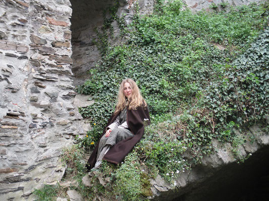 ich saß auf einem Stein und hatte die Beine übereinander geschlagen Darauf hatte ich die Ellenbogen geschlagen.