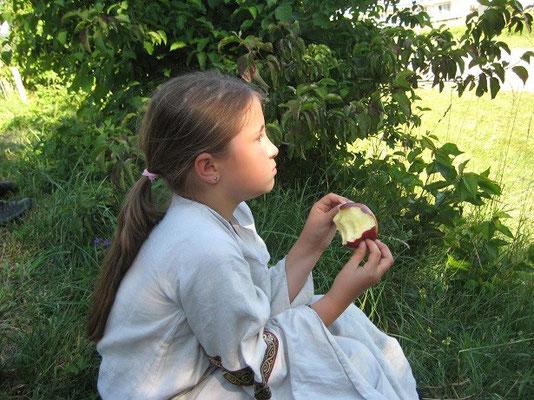 Gemütlich einen Apfel essen und dem Treiben des Volkes zu zuschauen gefiel ihr sehr