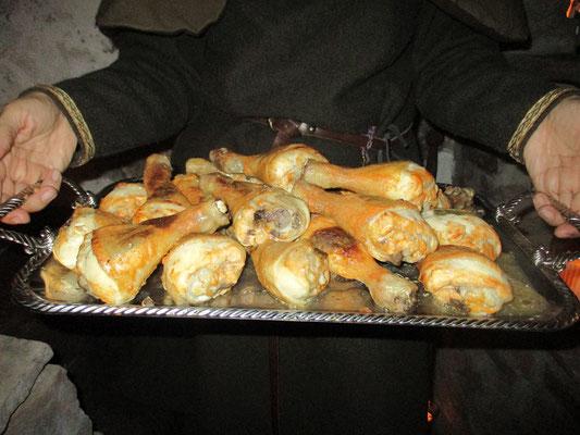 Gebratene Salbeihähnchenkeulen, als Süßspeise Mandeltörtchen