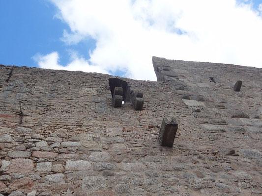 Fast richtig nur das diese Kanonen ein ganz besonderes Kalieber hatten. Genau dort oben befanden sich einst zwei Abort-Erker und von da wurde manchmal scharf geschossen.