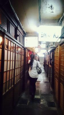 毎年この背中のあとを歩きつつ京都の夜を楽しませてもらっています