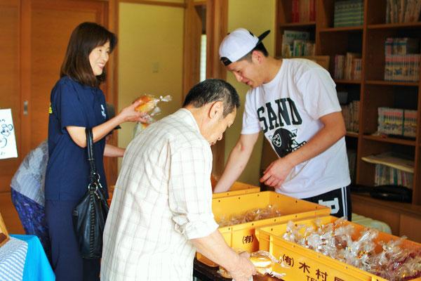 木村屋のパンが届くのをみなさん楽しみにしてくださっていましたね~♪4時半起きで仕込んだ焼きたてパンです。