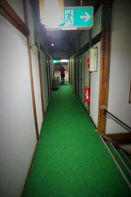 この長い廊下がいかにも「宿」