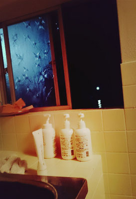 秘密基地のお風呂の窓の外は海