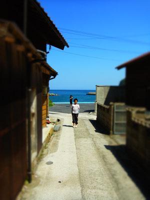 路地の向こうに広がる海 キャンプの日 ちょっと寄り道 多井地区