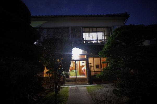 夜の岸本旅館。バス停を降りるとほわんと宿の灯りがあたたかく迎えてくれます