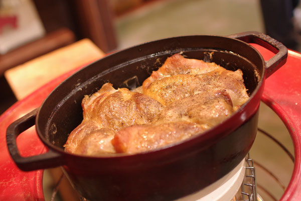隠岐でとれたお野菜たちと鶏肉を入れたストウブを石窯にin♪ 絶品鶏料理です