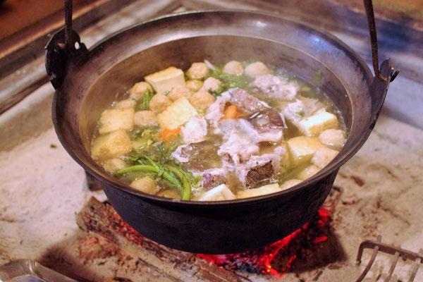 この鉄鍋が囲炉裏の雰囲気にはぴったりです