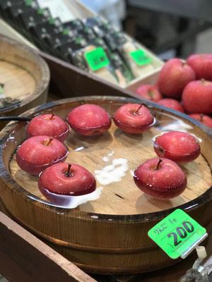 水を張った桶にリンゴが浮き沈みしつつ売られていました これだけでかなりおいしそうに見える♪