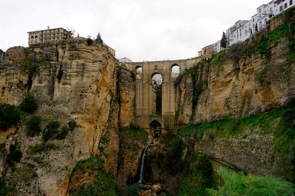Wunderschöne alte Brücke in Ronda