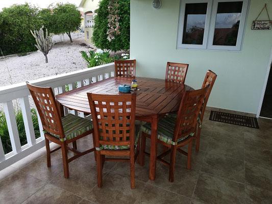 Esstisch-Urlaub-Curacao-Ferienhaus-Karibik-Villapark-Fontein